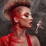 Епатажна українська співачка KiRA MAZUR показала, як поїдає гламурних панянок
